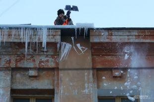 Для борьбы с «опасными украшениями зимы» не хватает рук.