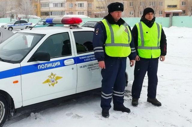 Оренбургские полицейские помогли грузовику выбраться из «снежной ловушки»