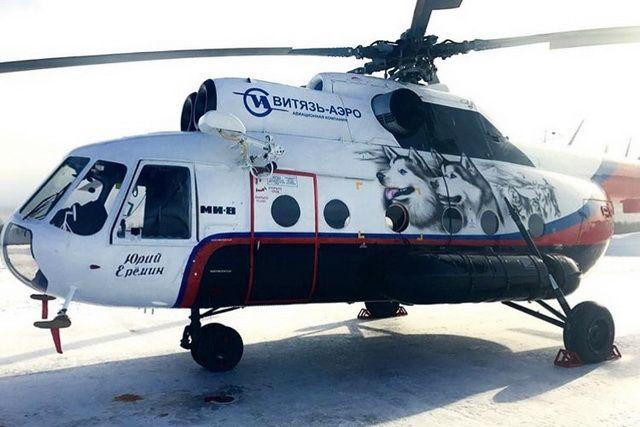 На фоне вертолётов «ВИТЯЗЬ-АЭРО» делают сотни фото.