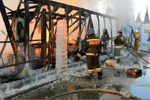 Пламя от горящего ледового городка было видно за несколько километров.