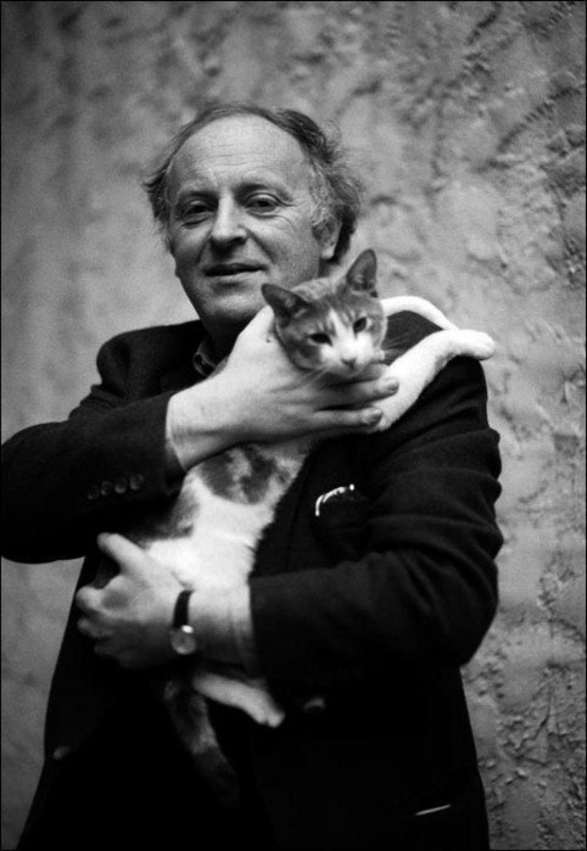 Кошки были постоянными спутниками русского поэта Иосифа Бродского. Однажды к нему наведался журналист, и разговор прошел так хорошо, что в качестве знака уважения к гостю поэт предложил ему разбудить свою любимую кошку.