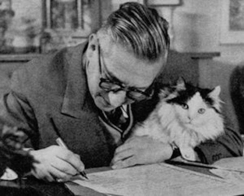 """Экзистенциальный кот французского философа и писателя Жана-Поля Сартра по кличке """"Ничто""""."""