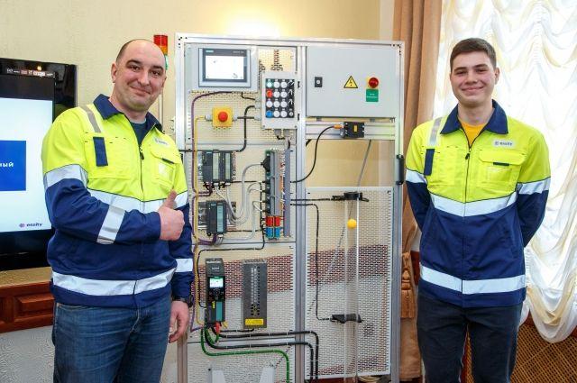 Руководитель службы технического обеспечения  Константин  Куркчи и младший инженер Максим Ромашко (сотрудники фабрики Essity в г. Советске) презентуют специальный учебный стенд.