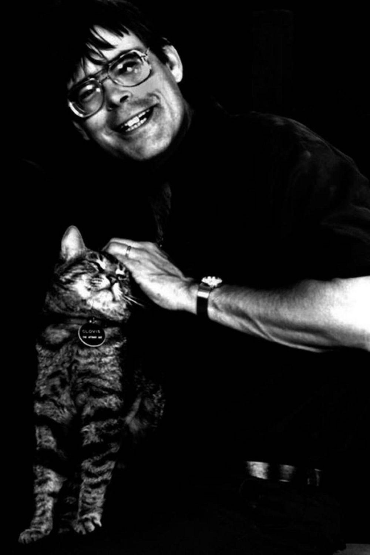 Во вселенной американского писателя Стивена Кинга, порой ужасающей и немыслимой, обитает множество представителей семейства кошачьих. Сам писатель был также неравнодушен к пушистым.