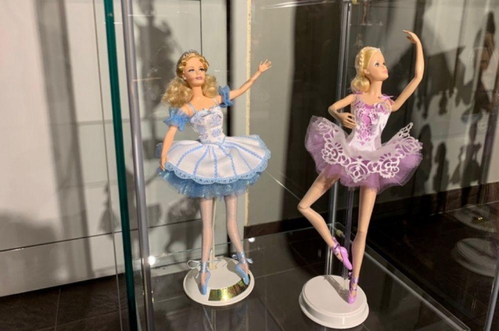 В комплекте у этих кукол есть пуанты. А еще естественные сгибы - локти и колени.