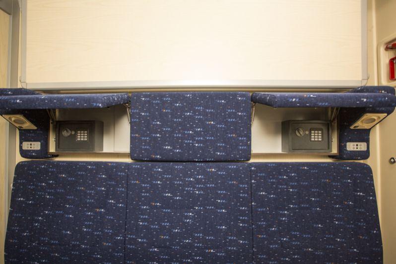 Нижние полки и сейф для ценных вещей.