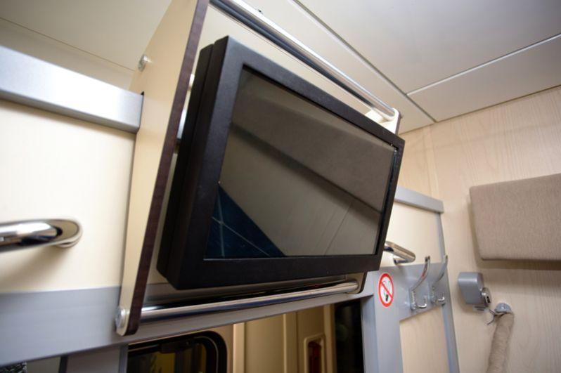 Телевизор в новом вагоне купе.
