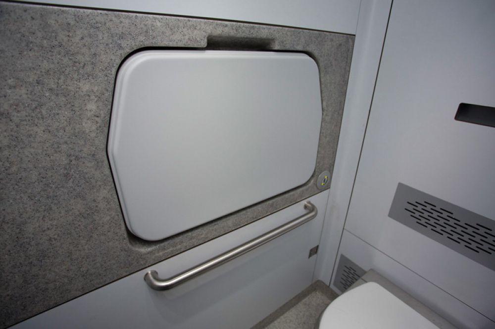 Пеленальный столик в туалетной комнате.
