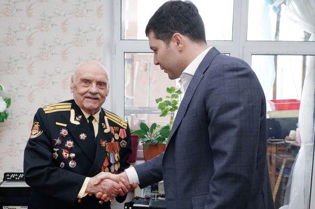 Антон Алиханов передал ветерану поздравление с 95-летием от Президента России