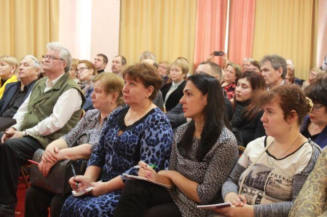 Ответы на волнующие многих пришли послушать представители УК, ТСЖ, ТСН, ТОС, а также активные жители края.