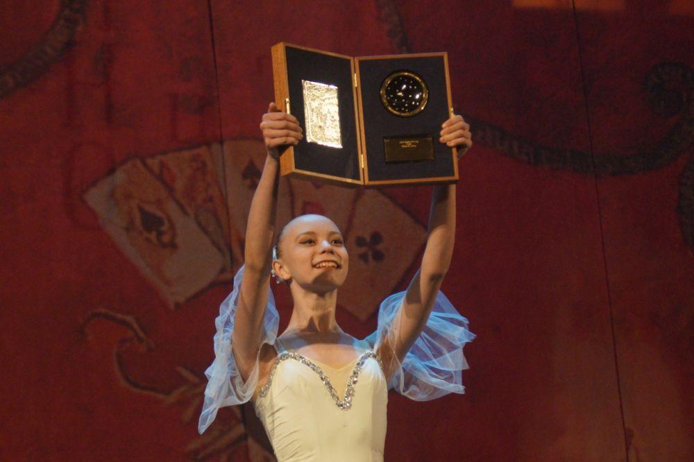 Балерины продемонстрировали награды, которые на закрытии будут вручены победителям конкурсов.