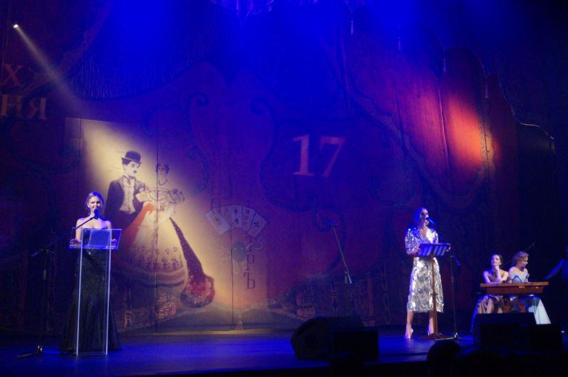 Ведущие рассказали уникальную историю занавеса на сцене, его авторы – великий русский театральный художник Александр Головин и выдающийся режиссер-реформатор всей мировой сцены Всеволод Мейерхольд.