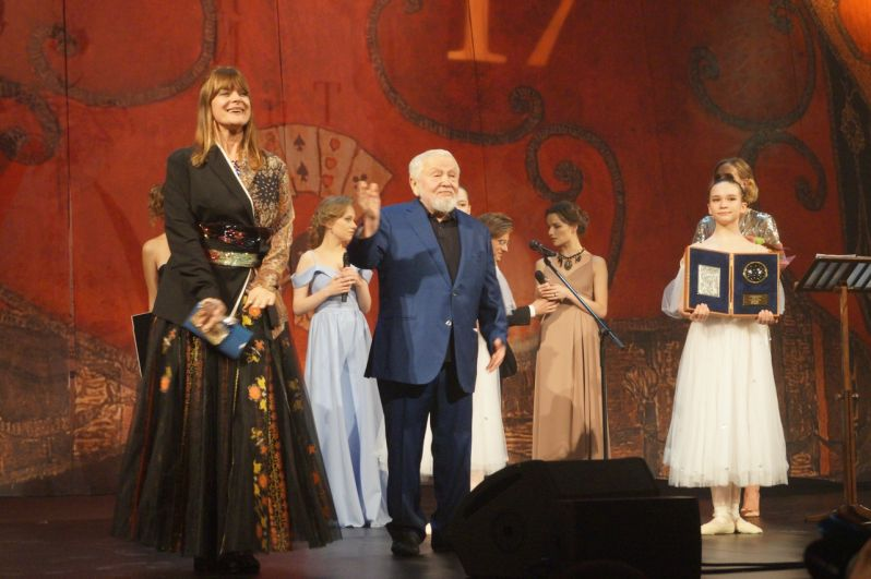 Вручение особой награды президента фестиваля за вклад в киноискусство специальной гостье – актрисе Настасье Кински.