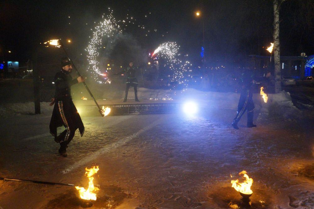 Гостям фестиваля показали зажигательное фаер-шоу. Кстати, Ханты-Мансийск довольно тепло встретил гостей - на улице было всего -8 градусов по Цельсию.