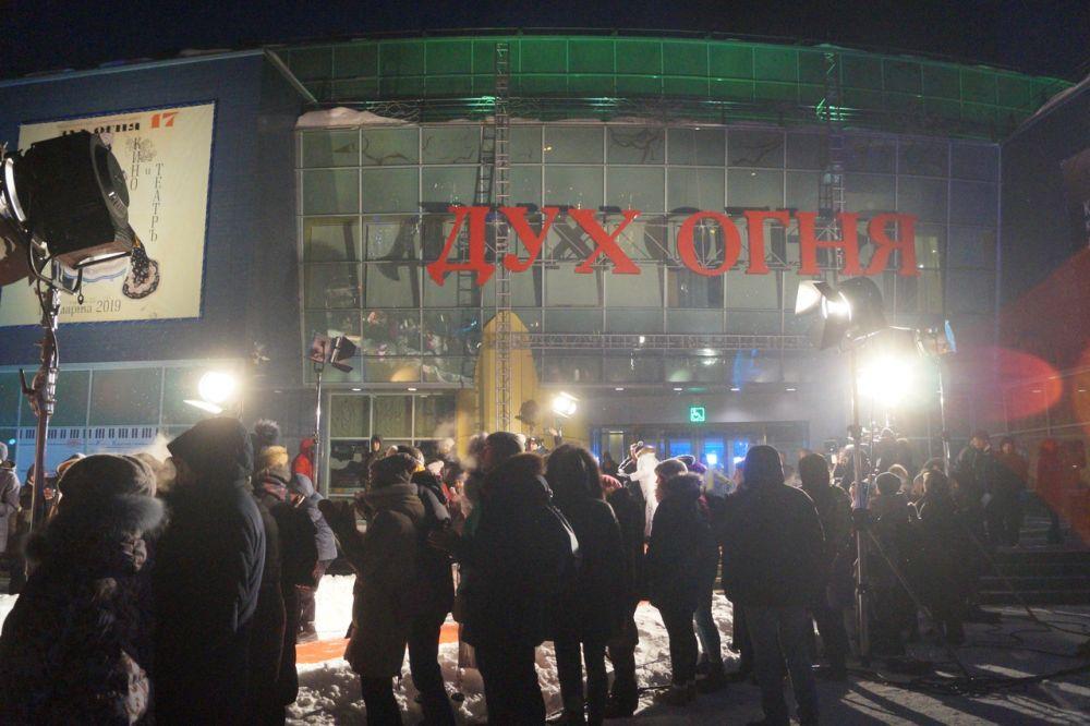 """Красная дорожка ведет в КТЦ """"Югра-Классик"""". Место, где будут в течение недели проходить мероприятия в рамках фестиваля."""
