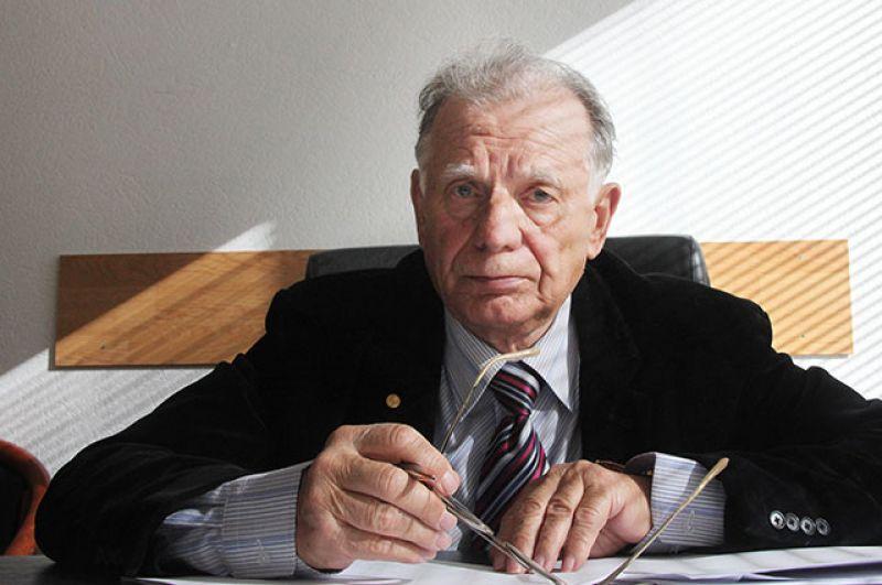 Жорес Алфёров в рабочем кабинете, март 2010 года.