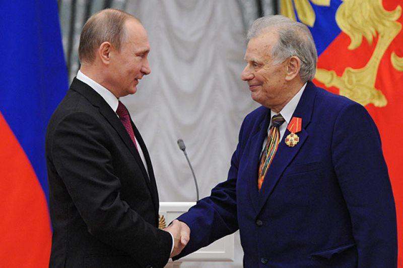 Президент России Владимир Путин и Жорес Алфёров во время церемонии вручения государственных наград в Екатерининском зале Кремля. Декабрь 2015 года.