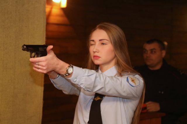 Девушки соревновались в стрельбе, физической подготовке.