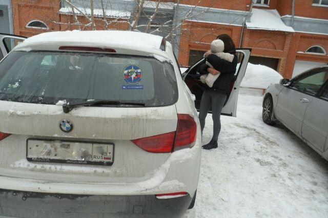 Годовалую девочку спасли из закрытой машины