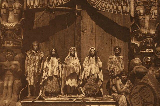 Свадебная церемония в племени квакиутл, невеста в центре. Фотограф Эдвард Кёртис, 1914 г.