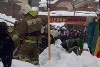 Под снегом оказались сразу несколько человек, большинство из них отделались лёгким испугом.