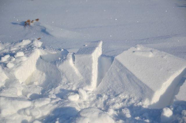 В Ноябрьске из-за скопившегося снега рухнула рекламная конструкция