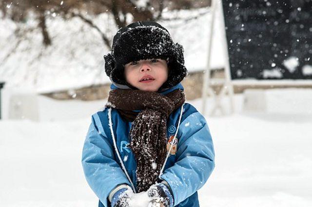 В Тюмени дети радуются снегу, выпавшему в первые весенние дни