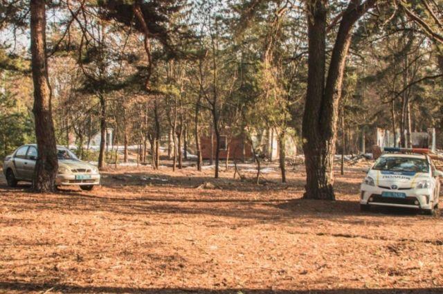 Тело лежало в скрученном состоянии на дне метровой ямы, оставшейся после выкорчевывания дерева.