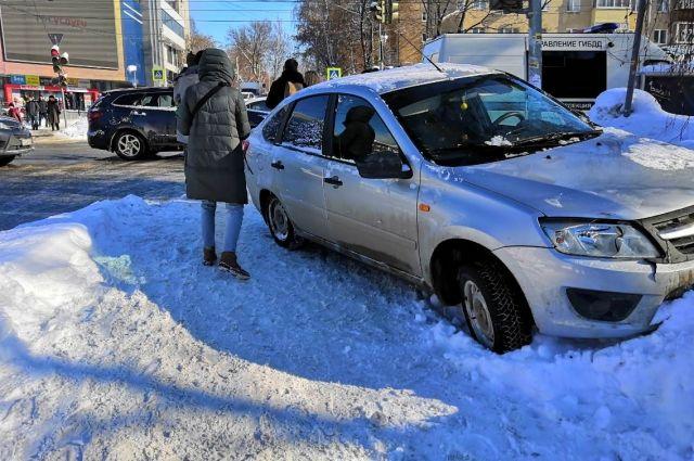 Автомобилист не справился с управлением и сбил пешеходов – 6-летнего мальчика и его маму.