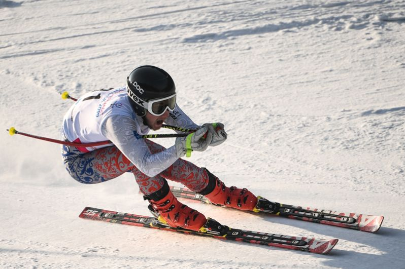 Даниил Симонов (Россия) на трассе мужского супер-гиганта соревнований по горнолыжному спорту на XXIX Всемирной зимней Универсиаде 2019.