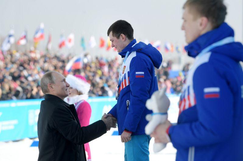 Президент РФ Владимир Путин на церемонии вручения наград победителям соревнований по лыжным гонкам на 10 км среди мужчин.