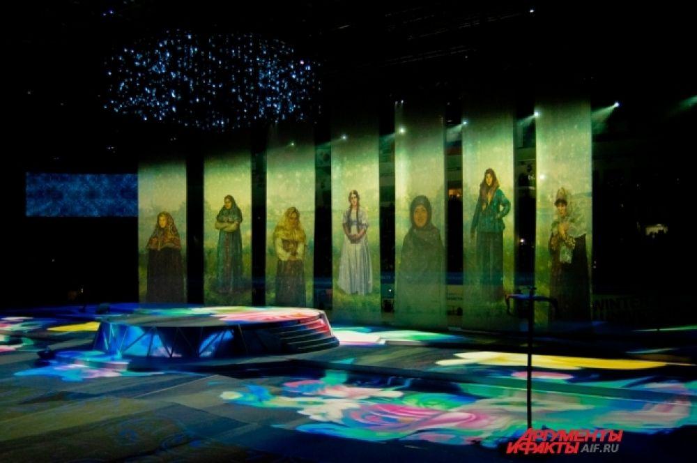 Отдельное внимание в сценарии церемонии открытия было отведено проекционному шоу с картинами великого русского художника Василия Сурикова, родившегося в Красноярске.