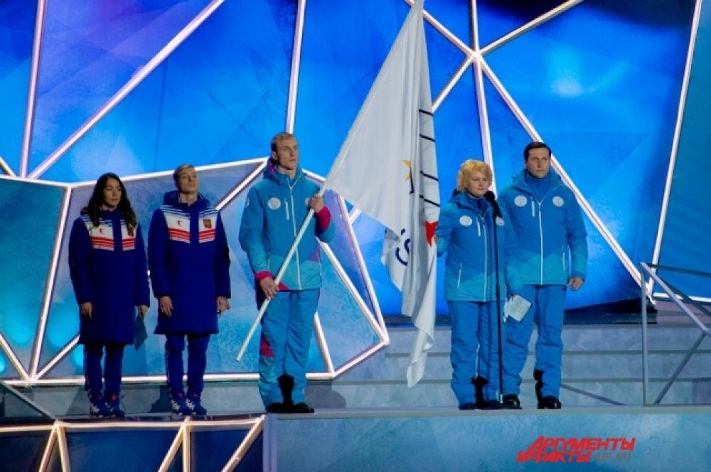На флаге FISU представители спортсменов и судей принесли торжественные клятвы.