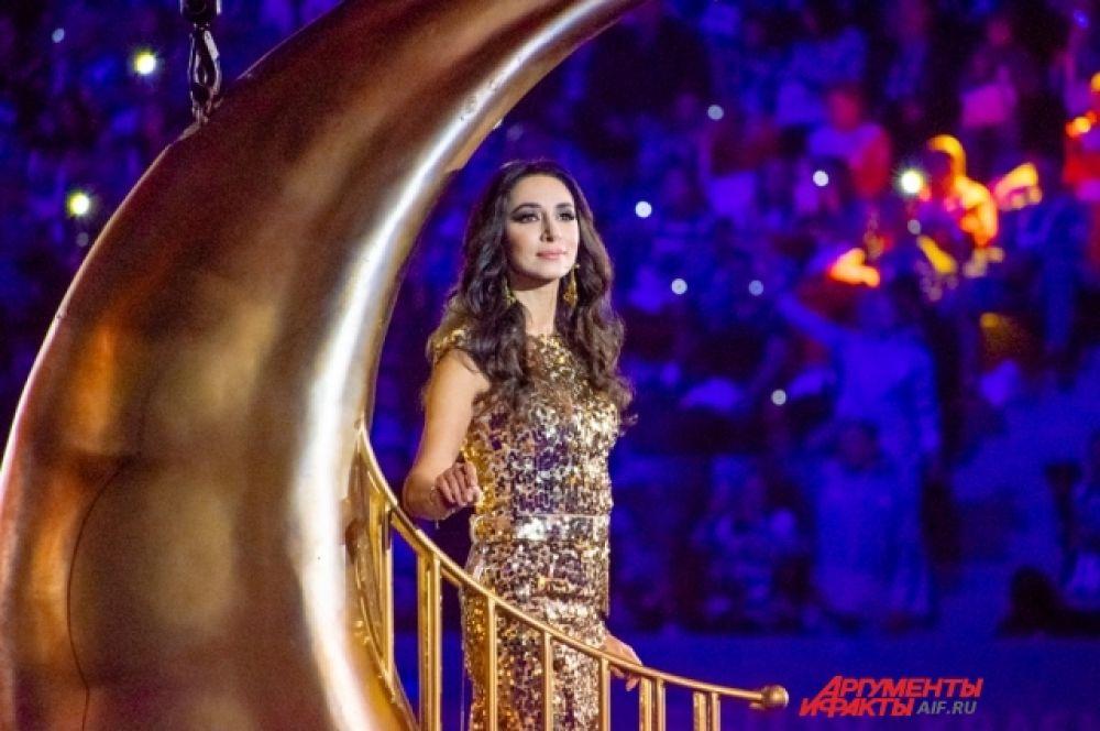 Певица Зара исполнила колыбельную, прокатившись на золотом полумесяце под сводами «Платинум Арены».