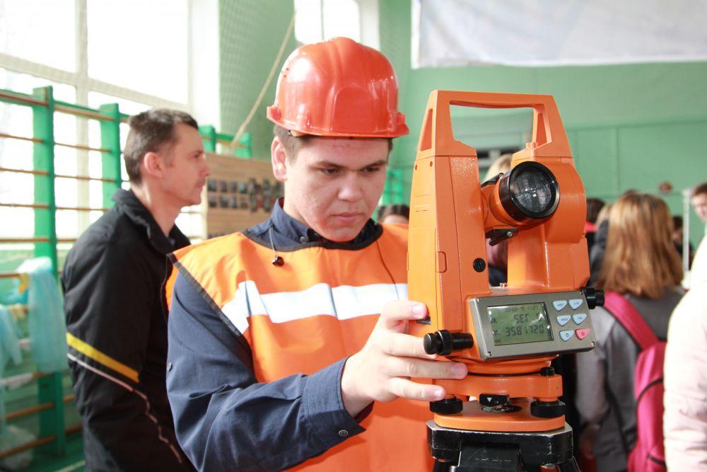 В соревнованиях участвуют представители практически всех районов области, также приехали студенты из Ленинградской области, Волгограда и Липецка. Гости не претендуют на места, а таким образом готовятся к российской квалификации.