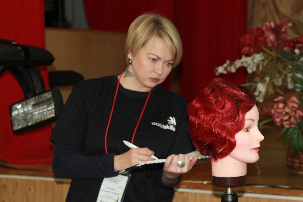 В турнире среди парикмахеров фаворитом значились девочки из   «Ростовского технологического техникума сервиса». В качестве клиента у девочек выступала голова манекена с париком.