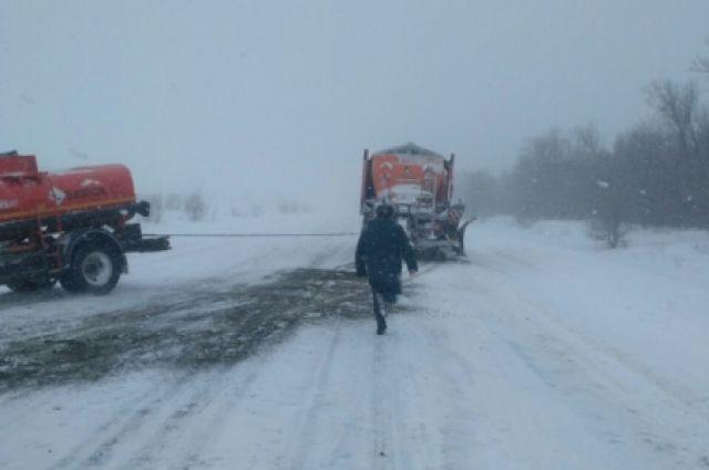 В Оренбургской области сотрудники МЧС помогли вытянули из кювета бензовоз.