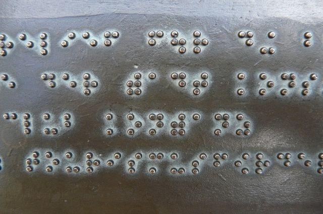 В Новом Уренгое суд обязал банк разместить таблички со шрифтом Брайля