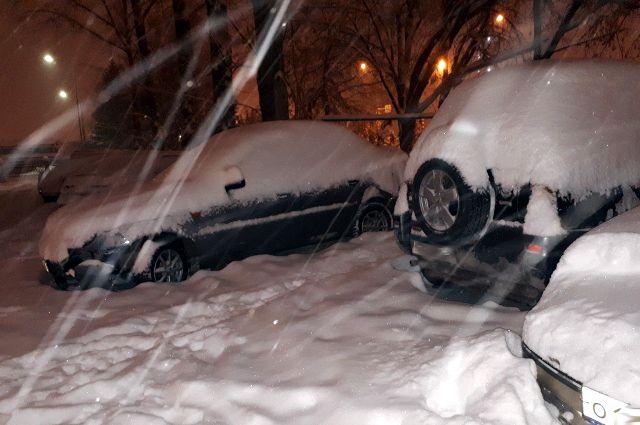 Тоболяки двое суток ведут борьбу со снегом