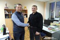 Спасённый Иван (слева) и спаситель Сергей встретились в редакции.