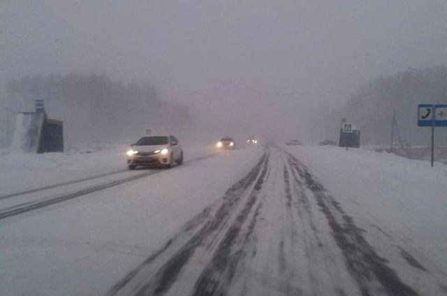 Заводоуковские спасатели вызволили из снежного плена машину скорой помощи