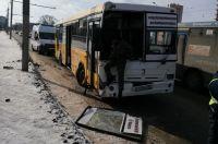 В результате ДТП автобус лишился лобового стекла.