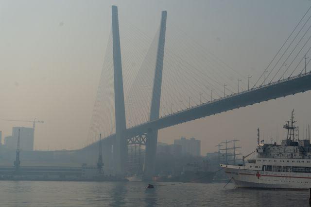 Дымный туман плотно накрыл и столицу Приморья.