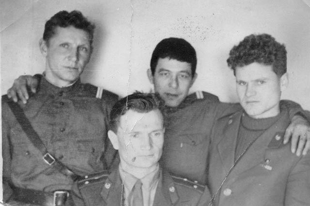 Федюхин (сверху, посередине), Герой Советского Союза посмертно, старший лейтенант Стрельников Иван Иванович (снизу)