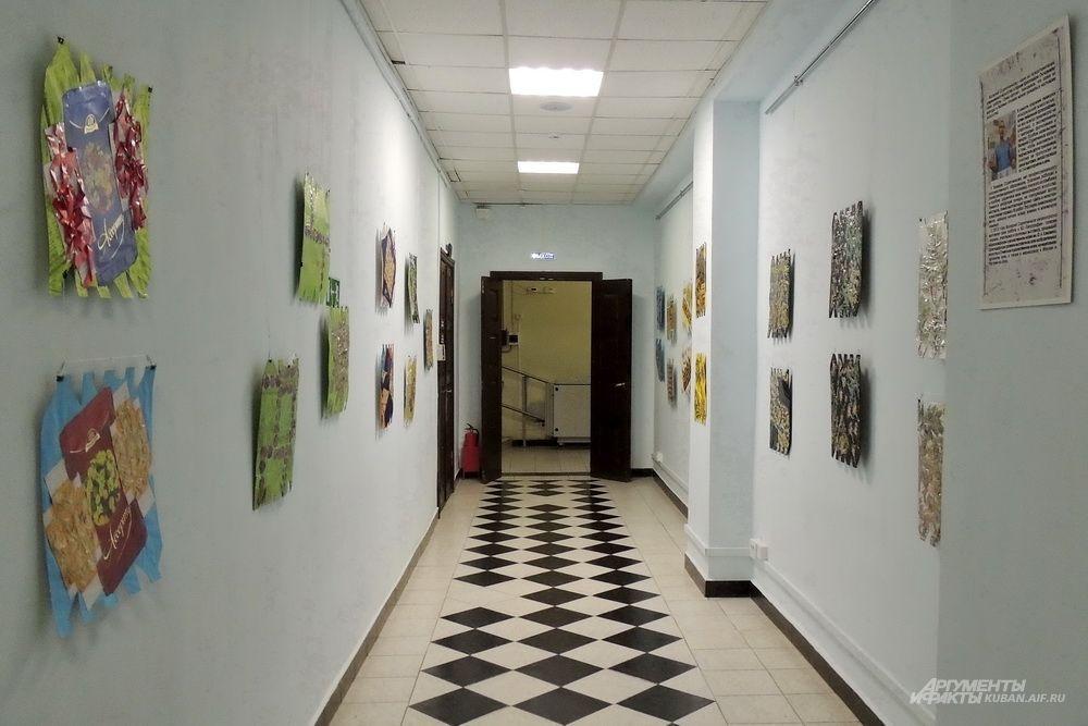 Выставочный проект Валерия Скрипченкова «Цветы и лепестки» состоит из 30 работ.