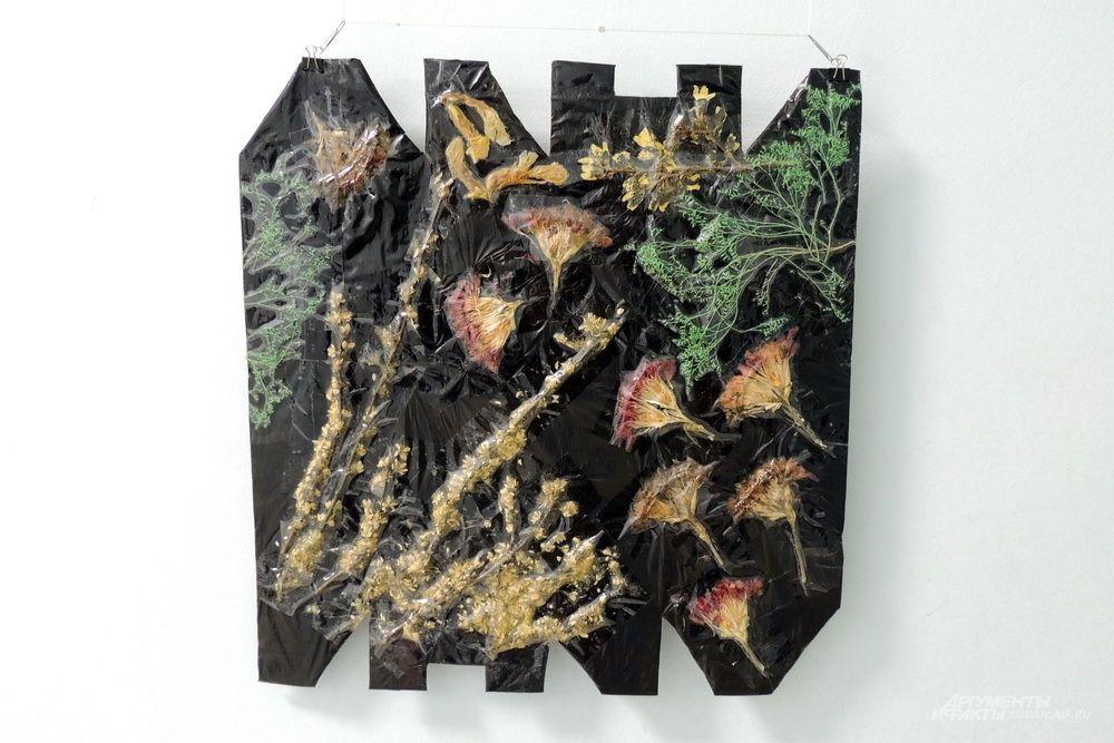 Валерий Скрипченков работает в стилях аппликационного коллажа, плоского ассамбляжа и пробует различные виды миниатюрного искусства.