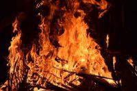 Пожар повредил подъезд деревянного жилого дома на площади в 60 квадратных метров.