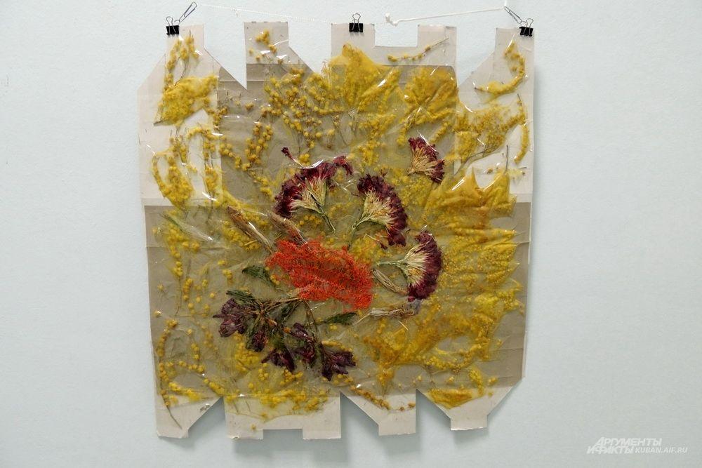 При создании этой работы автор использовал высушенные мимозы и гвоздики.