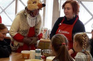 Вместе с детьми печь блины учится Лисица.