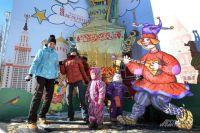 Во время представлений на ул. Хачатуряна танцуют и дети, и мамы.